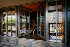 Open vensters in een restaurant stock foto's