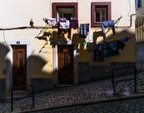 Open vensters en linnen Gewone verhalen van oud Lissabon portugal royalty-vrije stock afbeelding
