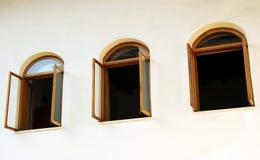 Open vensters op witte muur Royalty-vrije Stock Foto