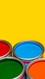 Open verfblikken /bucket met levendige kleuren voor huis Stock Afbeeldingen