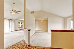 Open vloerplan in leeg huis met gewelfd plafond stock foto's