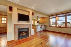 Open vloerplan Mening van open haard in de woonkamer met hardhoutvloer stock afbeelding