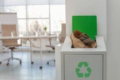 Open volledige afvalbak in modern bureau Het recycling van het afval royalty-vrije stock afbeelding