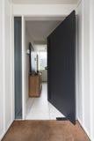 Open voordeur aan een luxe Australisch huis royalty-vrije stock afbeelding