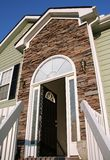 Open voordeur van een huis met een steenvoorzijde. royalty-vrije stock foto