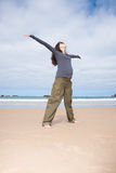 Open wapens gelukkige zwanger bij strand Royalty-vrije Stock Fotografie