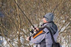 Open water die in de winter vissen Visser die spinners voorbereidingen treffen te gieten stock fotografie
