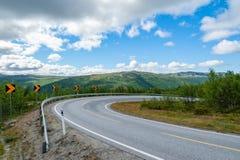 Open weg Bendyweg Lege weg zonder verkeer in platteland Landelijk landschap Ryfylke toneelroute noorwegen europa stock afbeelding