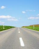 Open weg en blauwe hemel stock afbeeldingen