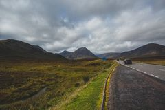 Open weg in Glencoe, Schotland Schotse Hooglanden stock foto