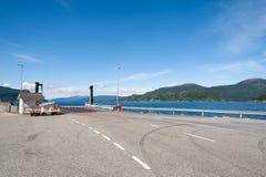 Open weg Lege weg zonder verkeer in platteland Landelijk landschap Ryfylke toneelroute noorwegen europa Het wachten op veerboot royalty-vrije stock foto
