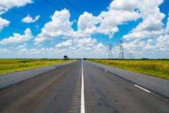 Open weg onder een briljante blauwe Afrikaanse hemel royalty-vrije stock foto's
