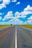 Open weg onder een briljante blauwe Afrikaanse hemel stock afbeeldingen