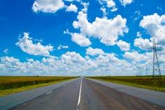 Open weg onder een briljante blauwe Afrikaanse hemel stock foto