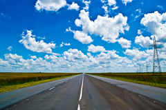 Open weg onder een briljante blauwe Afrikaanse hemel stock fotografie