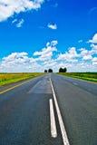Open weg onder een briljante blauwe Afrikaanse hemel royalty-vrije stock foto