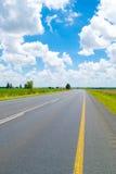 Open weg onder een briljante blauwe Afrikaanse hemel royalty-vrije stock afbeelding