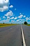Open weg onder een briljante blauwe Afrikaanse hemel royalty-vrije stock afbeeldingen