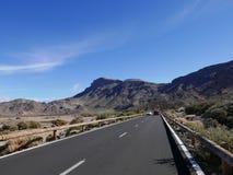 Open Weg op Tenerife Windende bergweg in mooi landschap op Tenerife die de vulkaan Teide tonen Stock Foto's