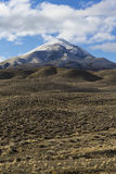 Open wijd leeg woestijnlandschap in Nevada tijdens de winter met blauwe hemel en wolken royalty-vrije stock foto's