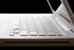 Open witte laptop op een zwarte achtergrond royalty-vrije stock foto's