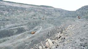 Open witte steengroevemijnbouw De open kuil met multi-manieruitgraving van mineralen schoot diep in aarde en schademilieu wortel stock videobeelden