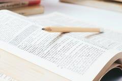 Open woordenboek met potlood Stock Afbeeldingen