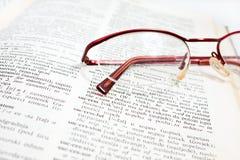 Open woordenboekboek en glas Royalty-vrije Stock Afbeelding