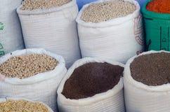 Open zakken korrels, bonen, en zaden bij de markt van Jeruzalem stock foto