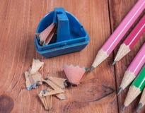 Open zensieren Bleistiftspitzer und Bleistifte auf dem hölzernen Hintergrund Stockfoto