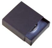 Open zwarte giftdoos met zilveren muntstuk Royalty-vrije Stock Afbeeldingen