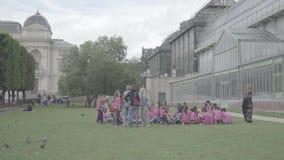 Openair kurs för grundskolabarn, botanisk trädgård nära växthus lager videofilmer