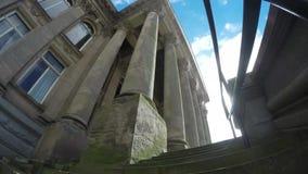 Openbaar gebouw timelaps en wolken stock video