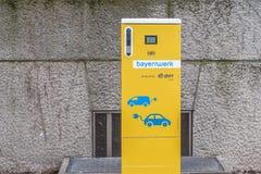 Openbaar het laden punt van elektrische voertuigen met E Op royalty-vrije stock foto's
