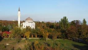 Openbaar park in de herfst Er is een moskee in het park Mariupol de Oekraïne stock footage