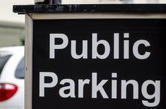 Openbaar parkerenteken met auto op de achtergrond Stock Afbeeldingen