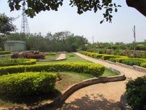 Openbaar tuin mooi gazon met weg die zeer mooi met kleurrijke bloem kijken Royalty-vrije Stock Fotografie