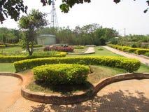 Openbaar tuin mooi gazon met weg die zeer mooi met kleurrijke bloem kijken Stock Fotografie
