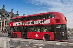Openbaar verkeer, rode doubledecker bus op de brug van Westminster royalty-vrije stock foto's