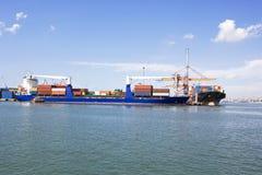 Openbaar vervoer, die bij de haven laden Royalty-vrije Stock Foto's