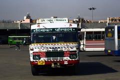 Openbaar vervoer en inwoners van India op een regelmatige dag Stock Afbeelding