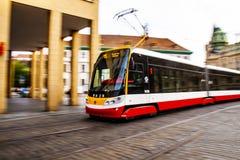 Openbaar vervoer - Tram in Praag stock foto's