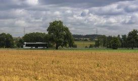 Openbaar vervoerbus in landelijk landschap Stock Foto