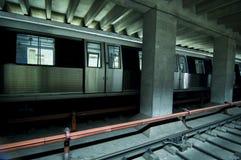 Openbaar vervoertrein stoped in post Stock Fotografie