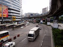 Openbare en privé vervoersvoertuigen langs EDSA stock foto