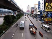 Openbare en privé vervoersvoertuigen langs EDSA stock fotografie