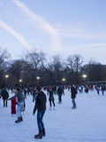 Openbare het schaatsen ring bij schemer Stock Foto's