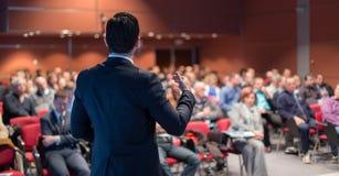 Openbare spreker die bespreking geven bij Bedrijfsgebeurtenis stock fotografie