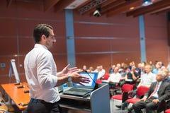 Openbare spreker die bespreking geven bij Bedrijfsgebeurtenis stock afbeelding