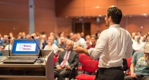 Openbare spreker die bespreking geven bij Bedrijfsgebeurtenis stock foto's